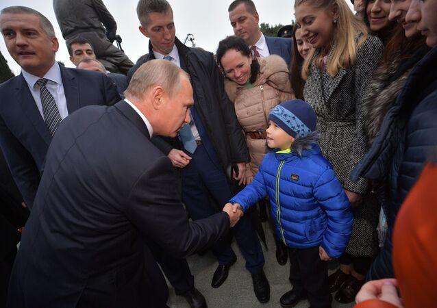 الرئيس الروسي فلاديمير بويتن خلال افتتاح تمثال تذكاري لألكسندر الثالث