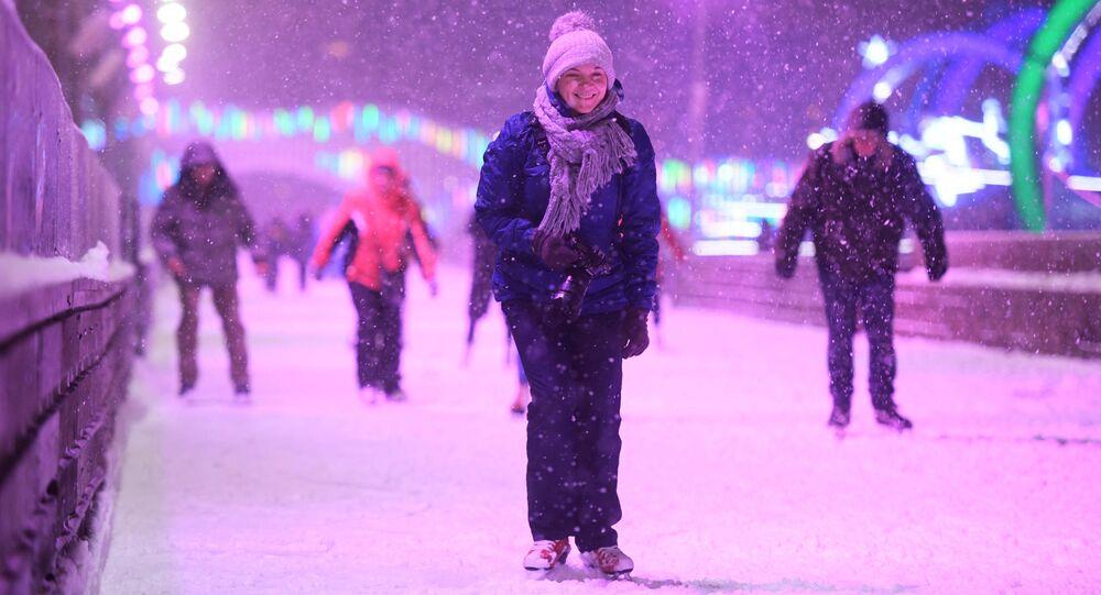 افتتاح موسم التزلج على الجليد في أكبر حلبة تزلج في دي إن خا في موسكو، روسيا