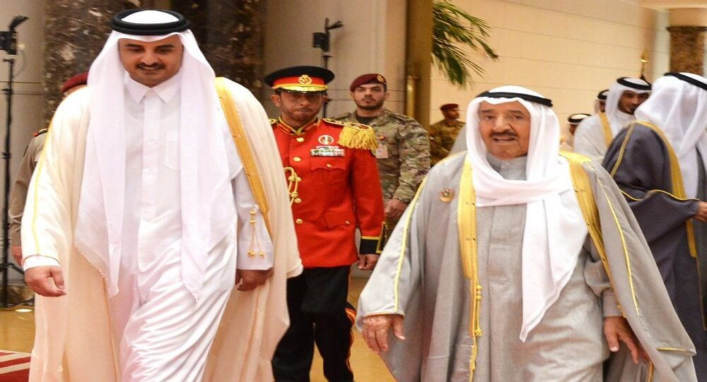 أمير قطر لحظة وصوله الكويت لحضور القمة الخليجية