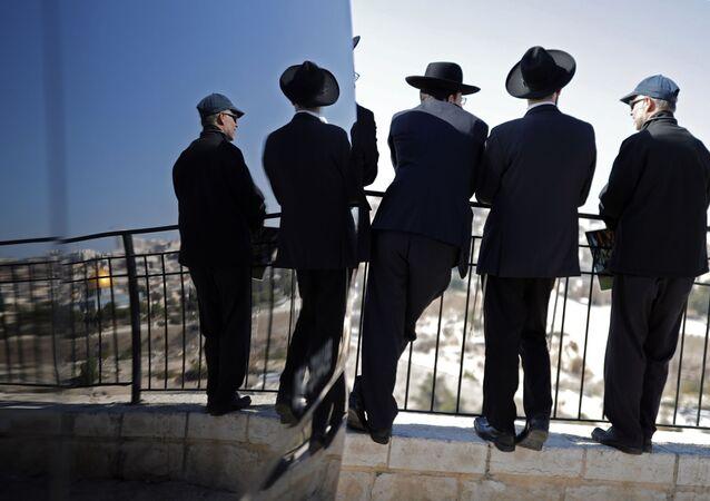يهود متشددون على خلفية مدينة القدس القديمة، 1 ديسمبر/ كانون الأول 2017