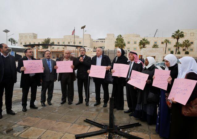 نواب أردنيون يعتصمون أمام السفارة الأمريكية رفضا لقرار الرئيس دونالد ترامب المحتمل بشأن القدس في عمان، الأردن 6 ديسمبر/ كانون الأول 2017