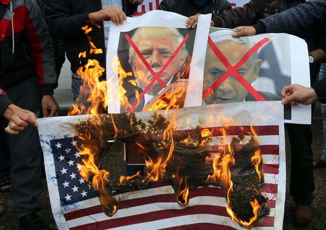 فلسطينيون يحرقون صور ترامب ونتنياهو في قطاع غزة