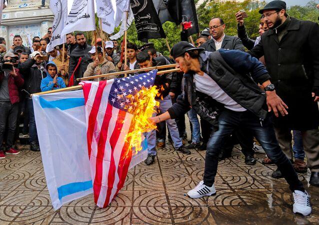 احتجاجات على قرار دونالد ترامب بشأن القدس وحرق علم الولايات المتحدة في غزة، قطاع غزة، فلسطين 6 ديسمبر/ كانون الأول 2017