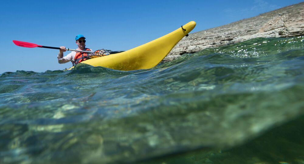 سائح يبحر في قارب بمنطقة ترخانكوت قبالة ساحل البحر الأسود بالقرم