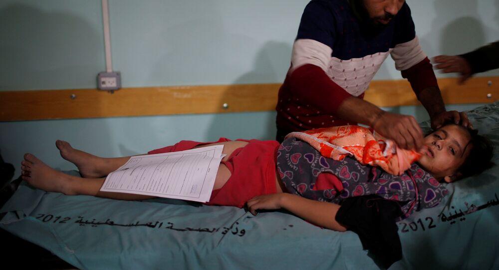 فتاة فلسطينية جريحة بعد غارات جوية إسرائيلية قريبة من مستشفى في شمال قطاع غزة