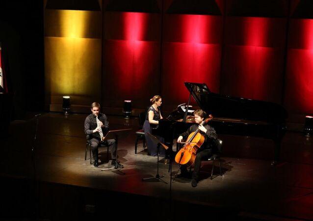 الموسيقيون الروس على المسرح الرئيسي في دمشق