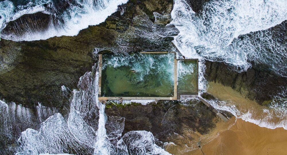 مسابقة ناشيونال جيوغرافيك للطبيعة لعام 2017 - المصور تود كينيدي، صورة لبركة صخرية في سيدني، أستراليا