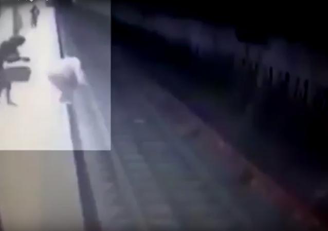 سيدة تلقي بشابة تحت عجلات مترو بوخارست