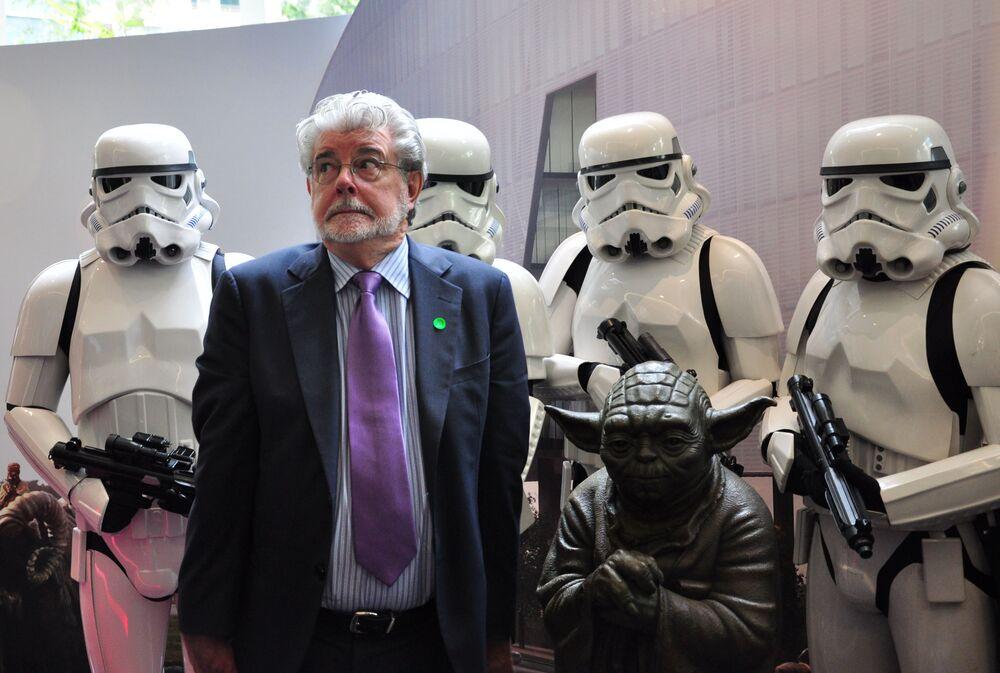 المخرج الأمريكي جورج لوكاس يقف مع شخصيات فيلم حرب النجوم