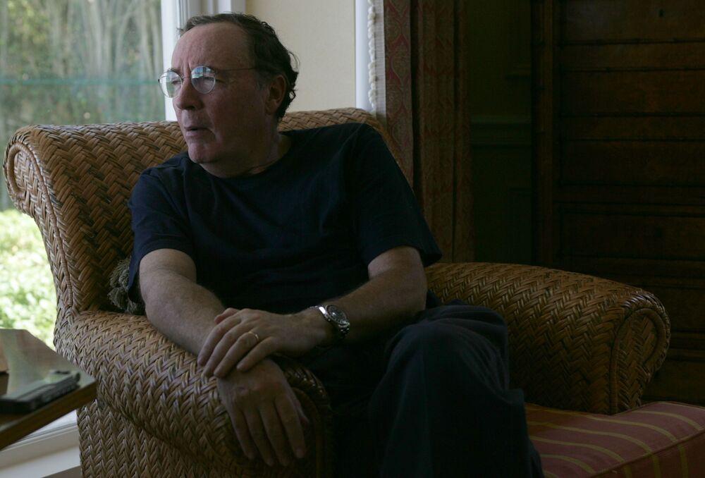 الكاتب الأمريكي جيمس باترسون -نشر 35 كتابا، 18 منهم من أفضل المبيعات في نيويورك. باع 100 مليون نسخة منها، وجمع أرباح قدرها 1 بليون دولار