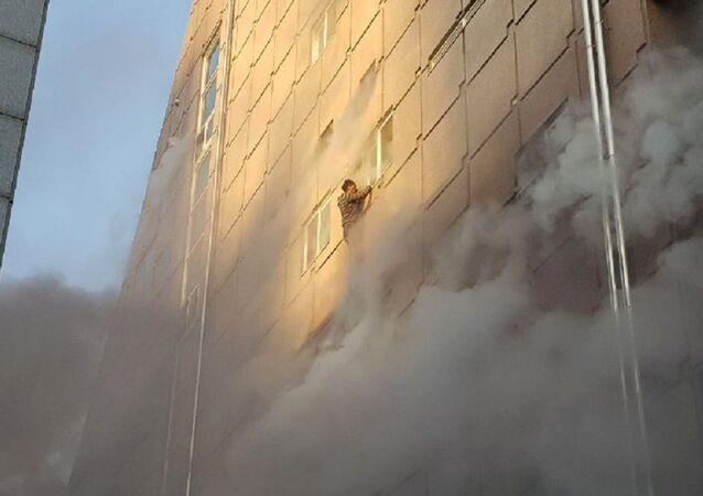 أحد الناجين يتدلى من نافذة المبنى في كوريا الجنوبية