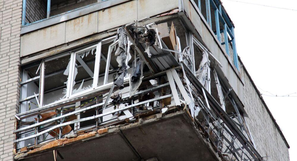 مبنى سكني في وسط ياسينوفاتايا في منطقة دونيتسك، أصيب جراء القصف، أوكرانيا