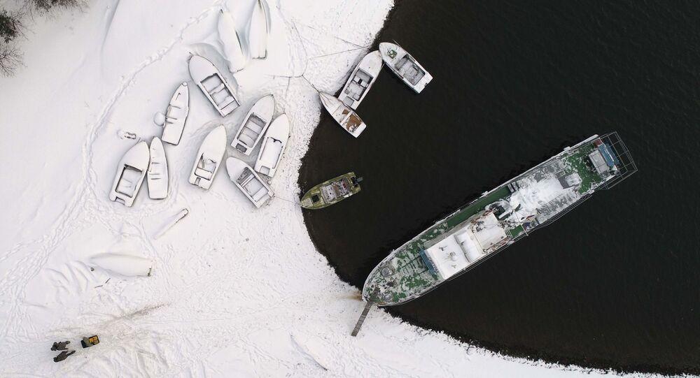 مشهد من الأعلى للقوارب على نهر ينيسي في غابات سيبيريا، روسيا 18 ديسمبر/ كانون الأول 2017