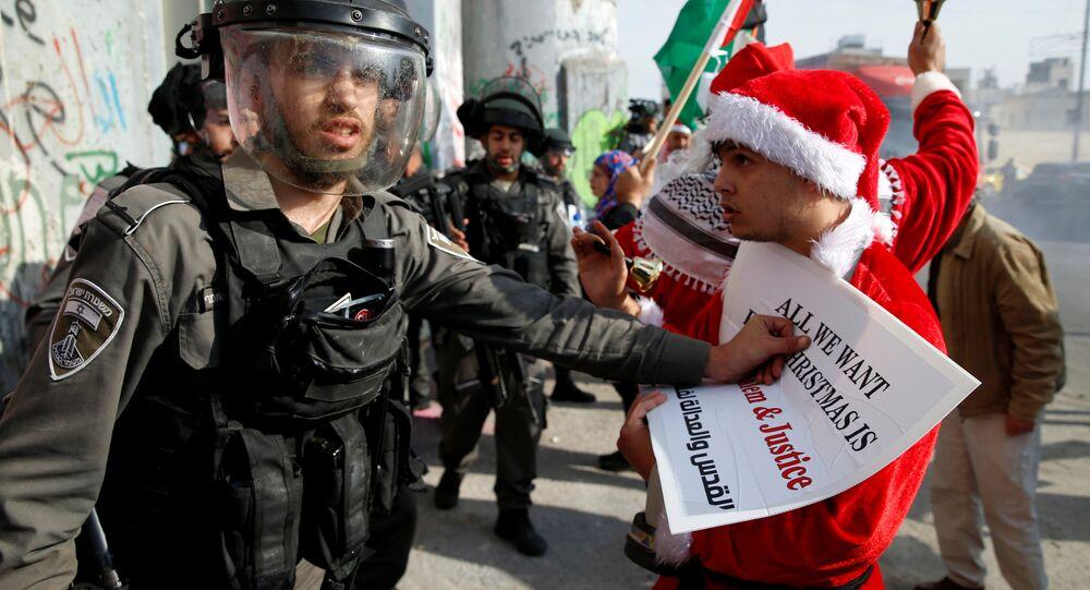 القوات الإسرائيلية تفرق مسيرة جماعية لـ بابا نويل في بيت لحم، فلسطين 23 ديسمبر/ كانون الأول 2017
