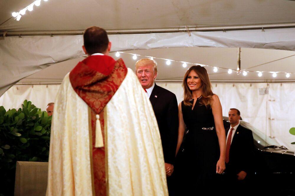 الاحتفالات بعيد الميلاد المجيد - الرئيس دونالد ترامب وزوجته ميلانيا ترامب في فلوريدا، الولايات المتحدة 24 ديسمبر/ كانون الأول 2017