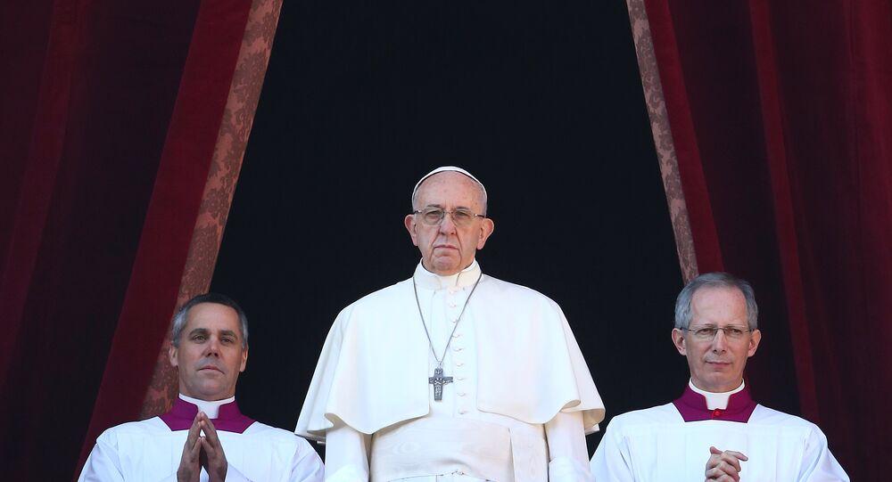 البابا فرانسيس يلقى خطابا من الشرفة المطلة على ساحة بيتر في الفاتيكان