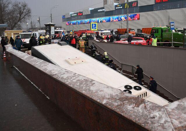 Автобус, въехавший в подземный переход у станции метро Славянский бульвар в Москве