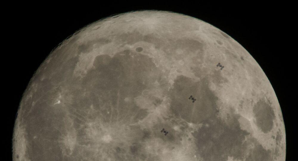 عبور محطة الفضاء الدولية على خلفية سطح القمر. 2 ديسمبر/ كانون الأول 2017
