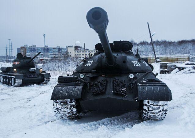 دبابة تي-34 والدبابة الثقيلة إ إس-3 قبل مشاركتها في عرض تاريخي لأسحلة الحرب الوطنية العظمى في مورمانسك