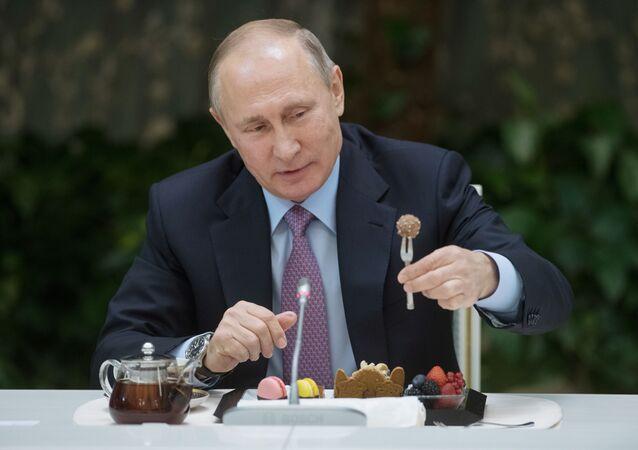 الرئيس الروسي فلاديمير بوتين خلال لقائه مع الفائزين في مسابقة أسرة العام في روسيا