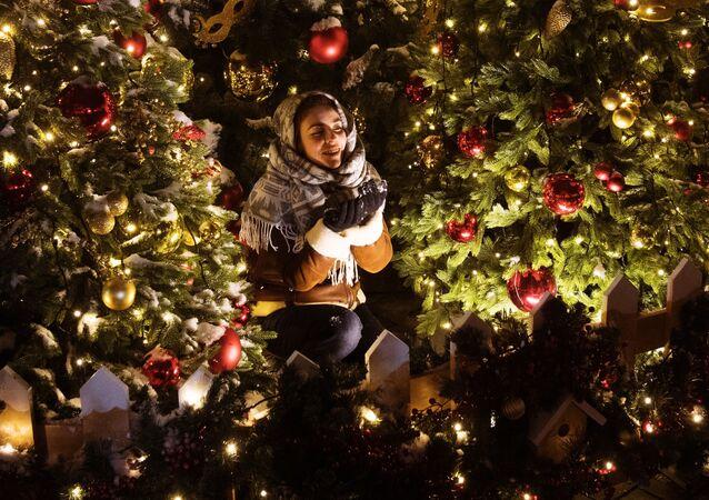 فتاة بين زينة أعياد رأس السنة والميلاد المجيد في موسكو