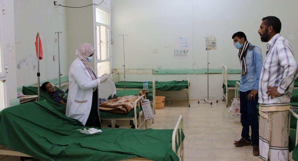 نهلة عريشي طبيبة أطفال تعالج صبي مصاب بالدفتريا في مستشفى الصداقة التعليمي في مدينة عدن الساحلية الجنوبية