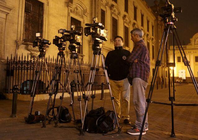 صحفيون أمام قصر الحكومة في بيرو