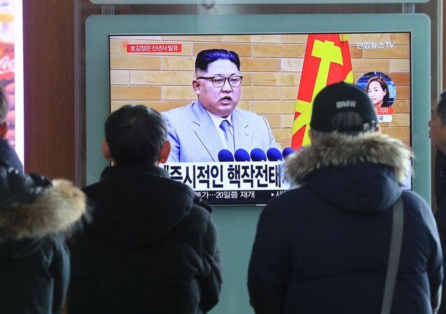 مواطنون يشاهدون كلمة زعيم كوريا الشمالية كيم جونغ أون