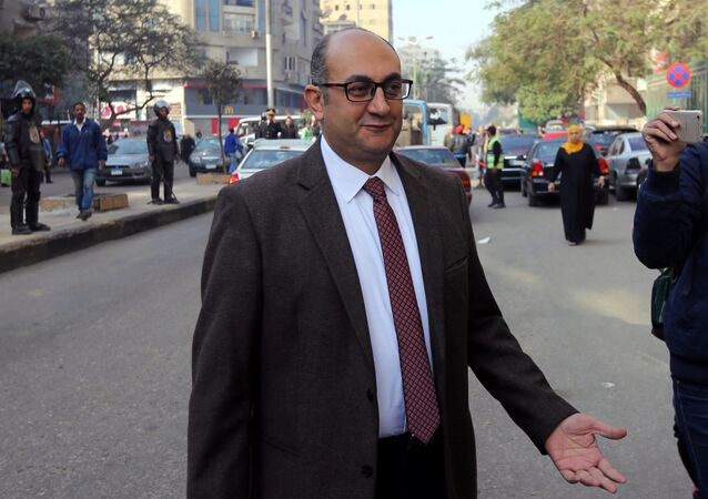 المحامي المصري والمرشح الرئاسي السابق خالد علي إلى المحكمة خلال محاكمته في القاهرة