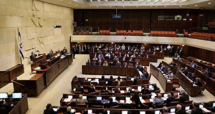 مشرعون إسرائيليون يحضرون تصويتًا على مشروع قانون في الكنيست