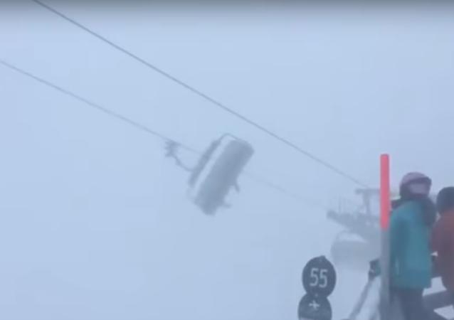 عواصف ثلجية تحتجز سياح داخل تلفريك