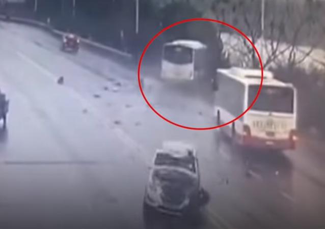 سقوط الحافلة في النهر