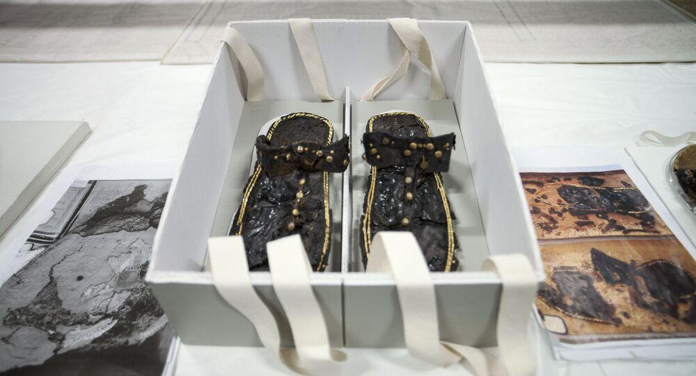 حذاء الفرعون توت عنخ أمون بعد ترميمه في المتحف المصري الكبير في الجيزة