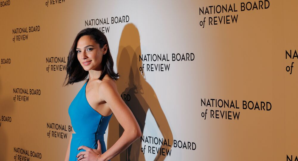 الممثلة الإسرائيلية جال جادوت في الفستان الذي من تصميم إيلي صعب في حفل جوائز جمعية مراجعة الأفلام في مدينة نيويورك الأمريكية 9 يناير/كانون الثاني 2018