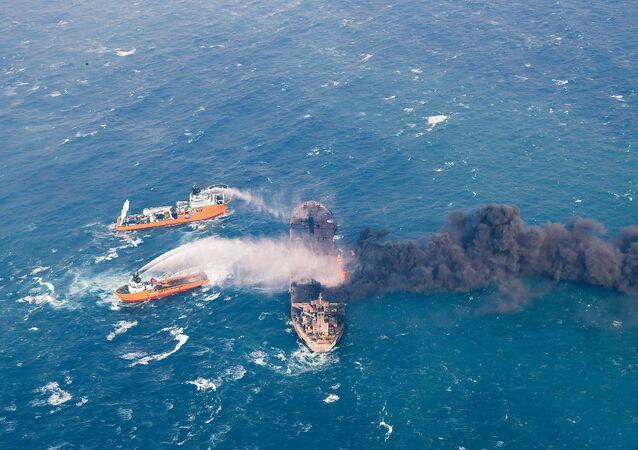 سفينة النفط الإيرانية المشتعلة