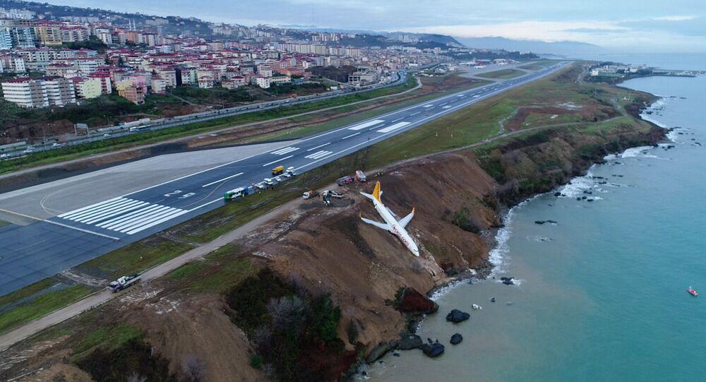 طائرة ركاب تنزلق على ممر الهبوط باتجاه البحر