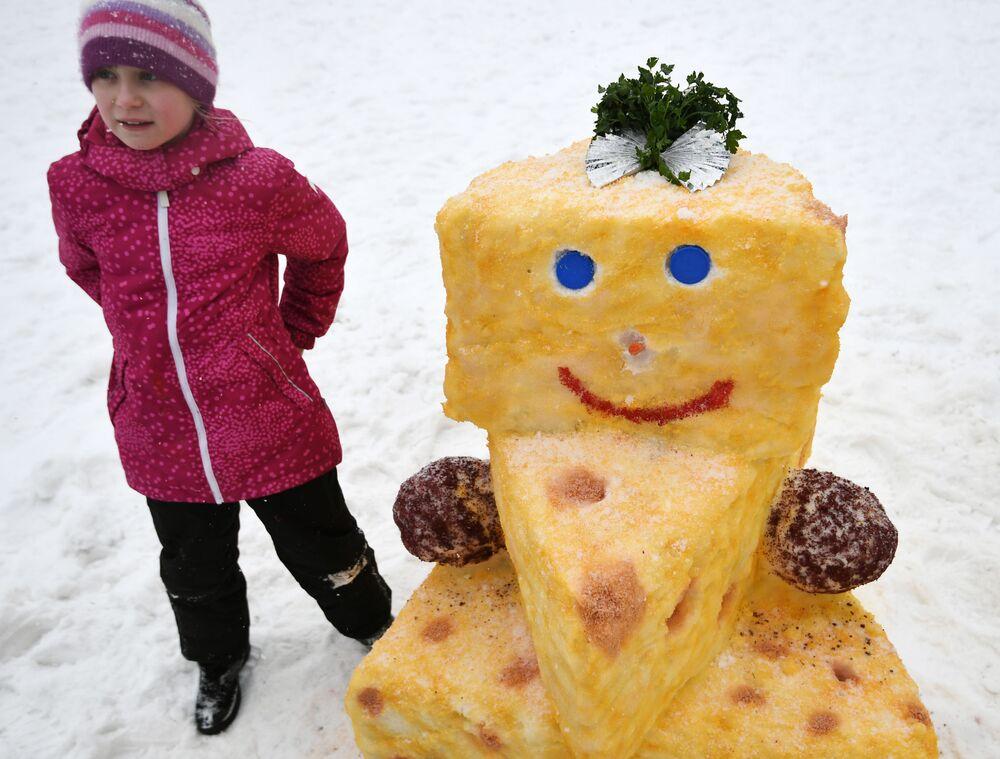 أحد الطفلات الصغيرات المشاركات في مسابقة الرسم على الثلج في موسكو