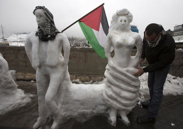 فلسطيني يصنع تماثيل مميزة من الثلج في مدينة القدس