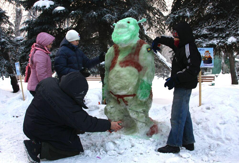 رجل ثلج على شكل الشخصية الكرتونية شريك في مهرجان رجل الثلج في الحديقة المركزية في كراسنويارسك في روسيا
