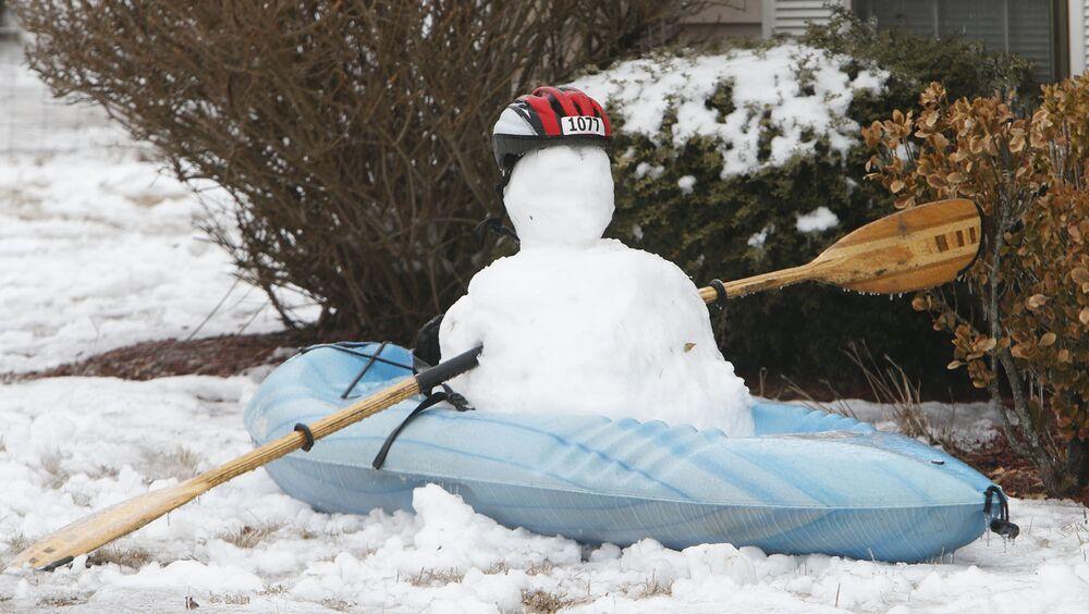 رجل ثلج على قارب صغير كاياك في الولايات المتحدة