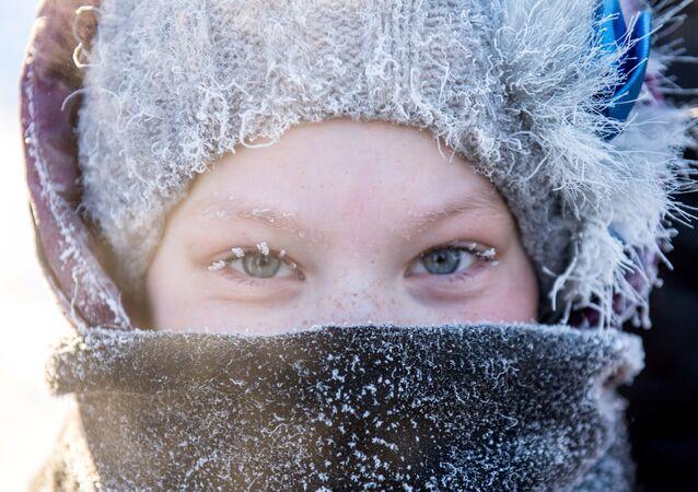 فتاة روسية تتحدى الصقيع