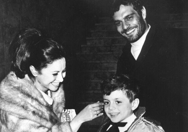 الممثلة المصرية فاتن حمامة مع زوجها الممثل عمر الشريف وابنهما طارق في عام 1965