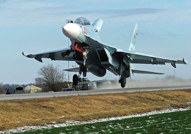 هبوط المقاتلة سو-30 إم2 على الطريق السريع في منطقة روستوف، خلال المناورات التكتيكية للقوات الجوية في جنوب روسيا