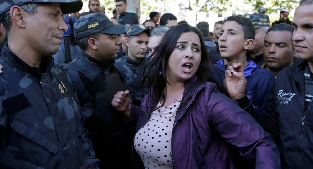 الشرطة خلال الاحتجاجات في الذكرى السابعة للإطاحة بالرئيس التونسي زين العابدين بن علي في مدينة تونس، تونس 14 يناير/ كانون الثاني 2018