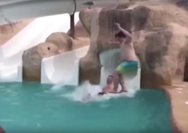 كسر عنق رجل بسبب قفزة في حمام السباحة