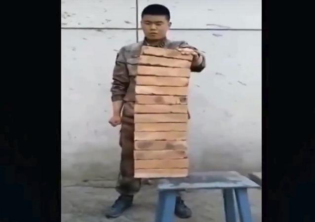 جندي صيني يحطم الحجارة بيده