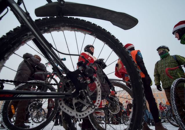 المشاركون في مسيرة الدراجات الهوائية لبابا نويل في سان بطرسبورغ