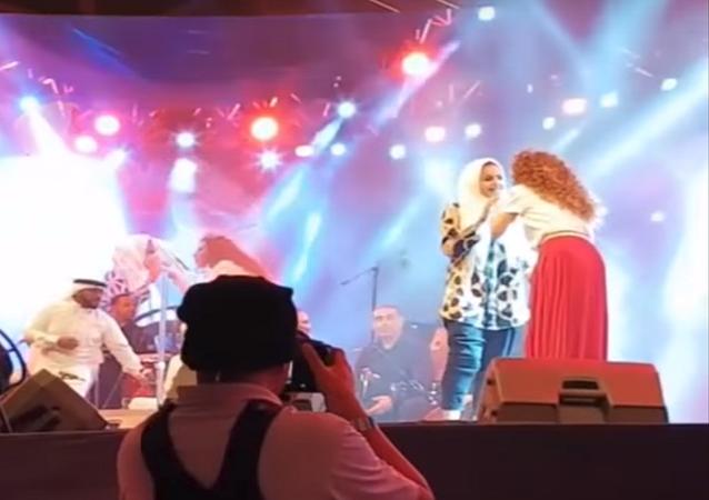 شابة تعلم ميريام فارس الرقص السعودي