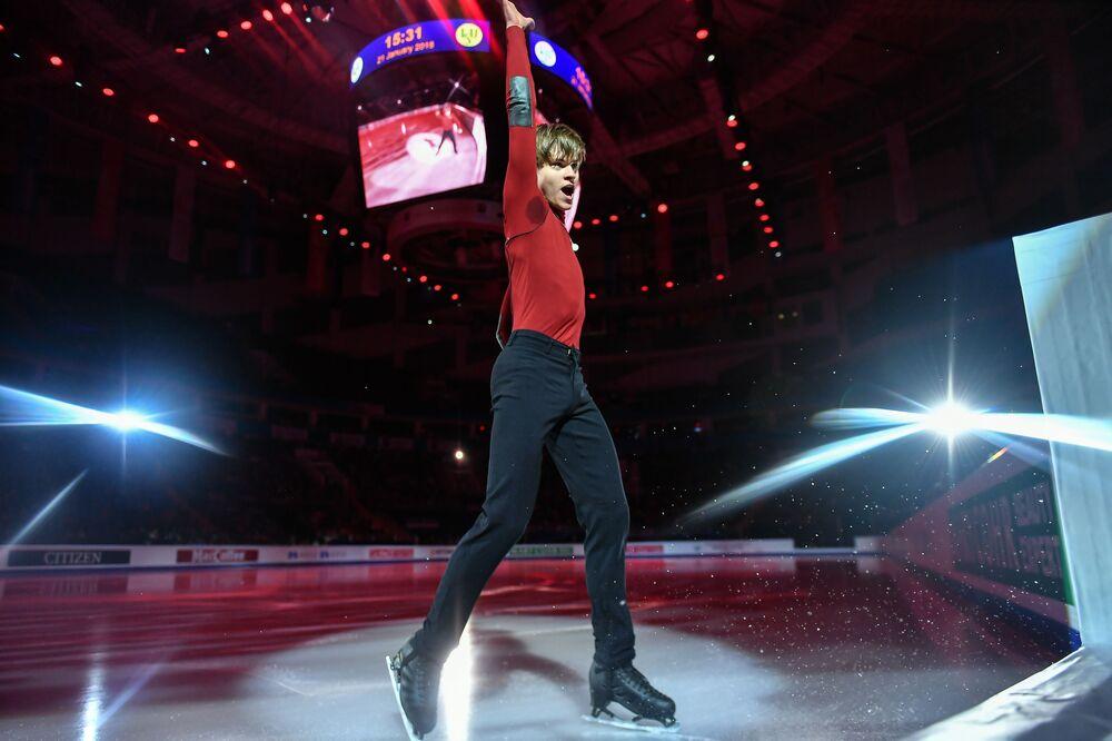 دينيس فاسيلييف (لاتفيا) خلال الأداء الفني في بطولة أوروبا للتزلج على الجليد في موسكو
