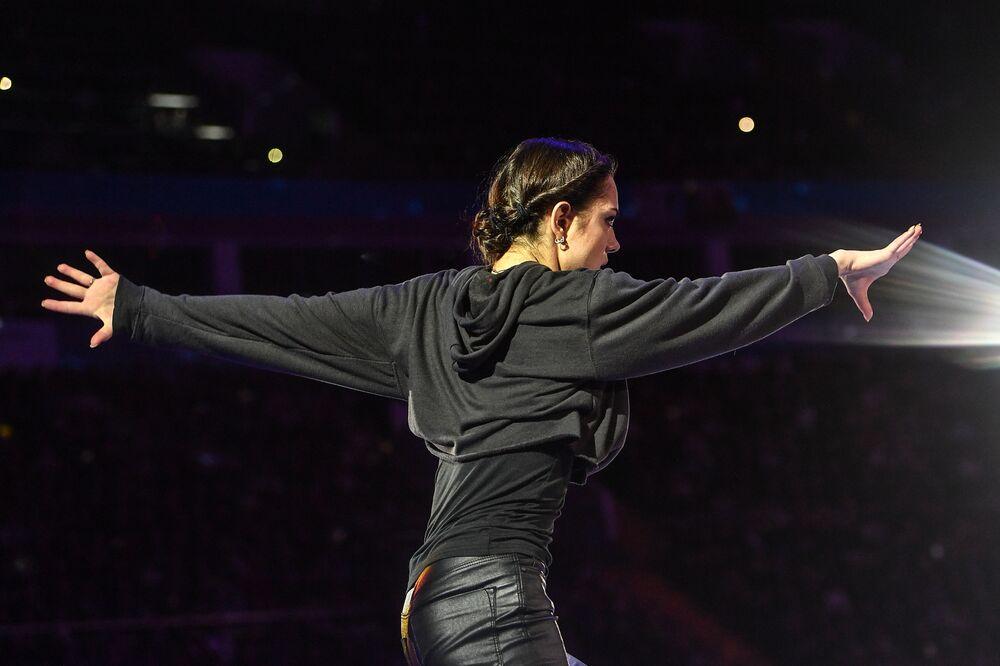 الروسية يفغينيا مدفيديفا خلال الأداء الفني في بطولة أوروبا للتزلج على الجليد في موسكو